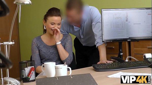 VIP4K. Chica sexy hace una mamada y se la clavan en la oficina de préstamos Thumb