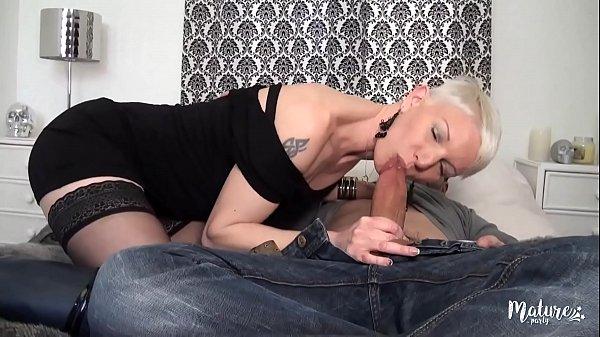 Mia, une mature affamée de sexe, se fait prendr...