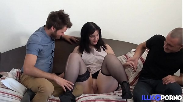 Florence étudiante pas timide essaye le trio