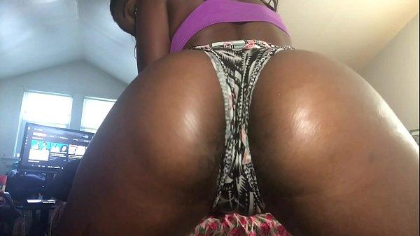 babe twerking making her pussy wet
