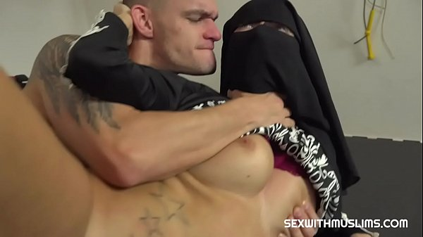 Niqab Muslim gets licked her wet pussy