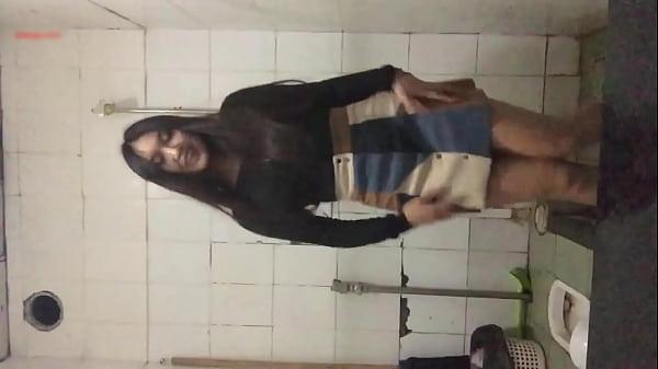 chơi bời trong nhà vệ sinh 2 - Xem full: buoito.vip Thumb