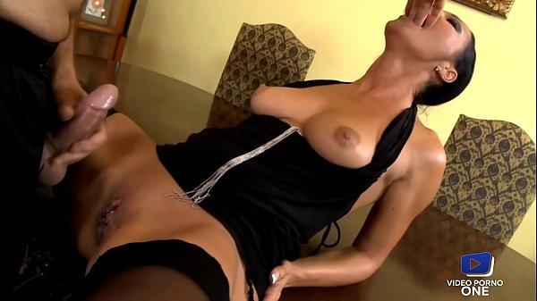 Milf sexy se fait dilater le cul par son amant