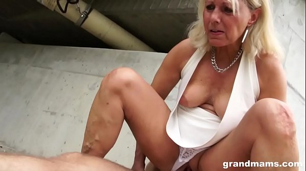 Hot blonde old cougar gets lucky with a young h...