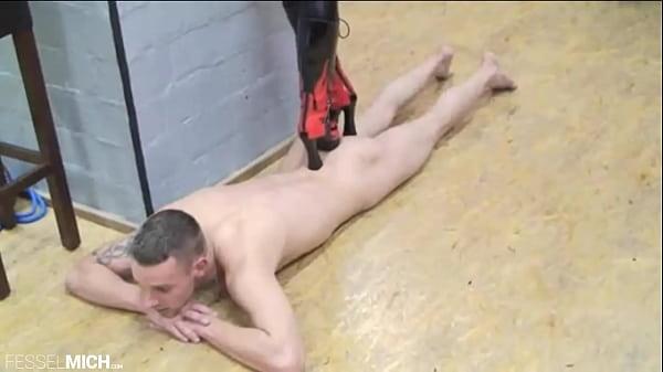 Trampling auf Sklavenkörper, mit geilen Stiefeln den Sklaven Körper kaputt zertrampelt zermalmt