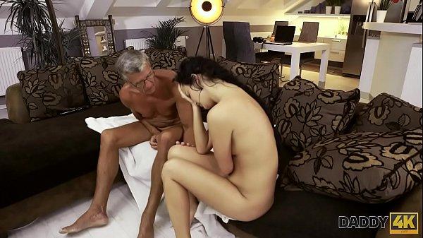 DADDY4K. Guy è occupato con i computer, quindi perché GF Erica Black scopa suo padre