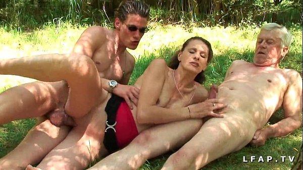 Amatrice brunette francaise baisee dans un plan...