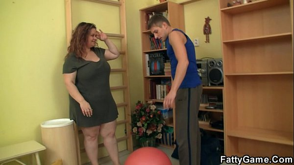 Cute fatty seduces fitness trainer Thumb