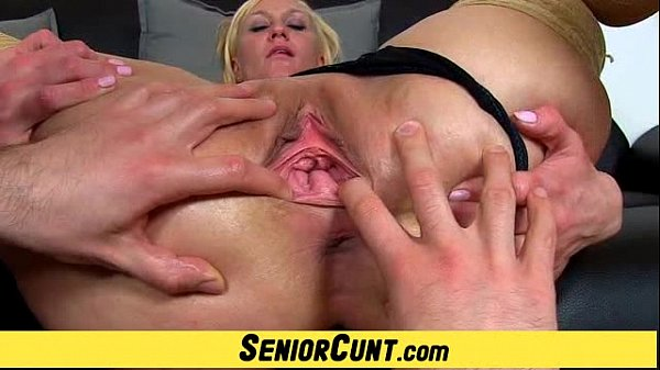 Euro milf Dita pussy flexing show on close-ups