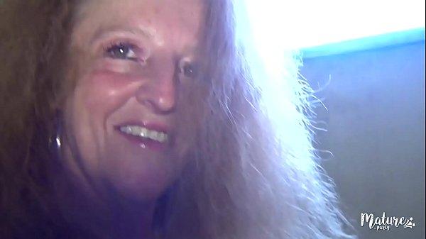 Magdalena, cougar blonde et salope, baise deux ...