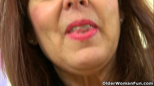 English gilf Georgie Nylons pushes dildo up her arse
