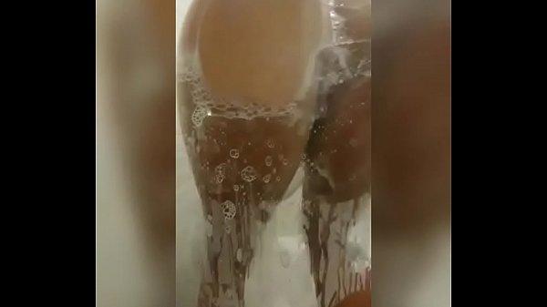 Gostosa molhada esfrega a buceta carnuda e goza...