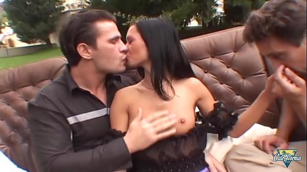 Angelina Crow adore avoir deux énormes bites en elle