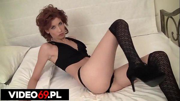 Polskie porno - Ruda kotka na łóżku