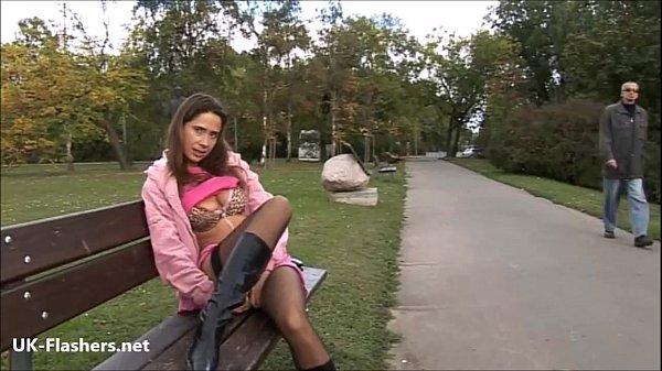 Szexi nagy cicis harisnyás prosti a parkban maszturbál