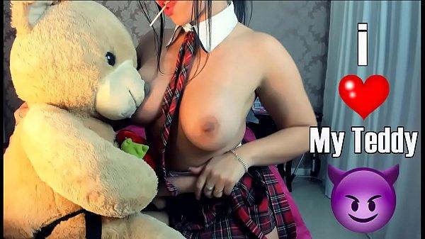 Colegial safada brincando com seu urso de cintaralho dando a bucetinha