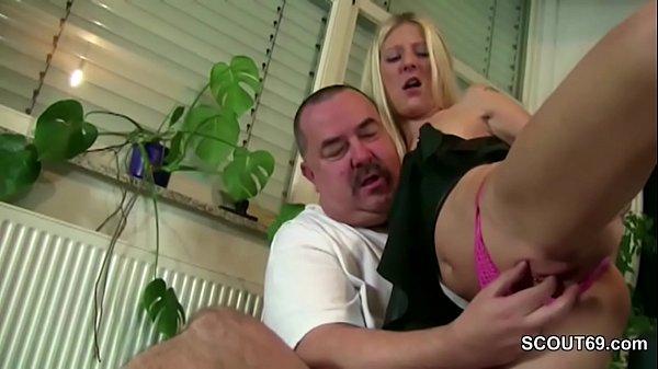 Stief-Vater fickt die junge Tochter wenn Alte auf Arbeit ist
