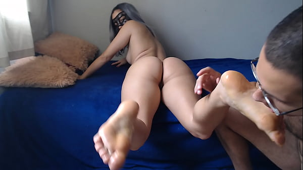 Passando mel e chupando os pés da prima - Esposa Heyya - vídeo com sexo no red