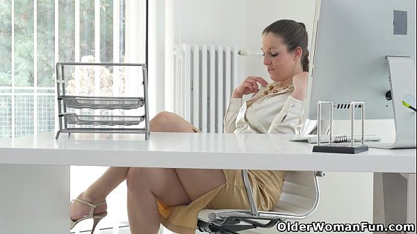 This is how Euro milf Valentina spends her lunch break Thumb