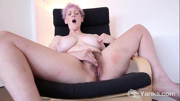 Yanks Babe Vera Blue Masturbating Her Hairy Snatch