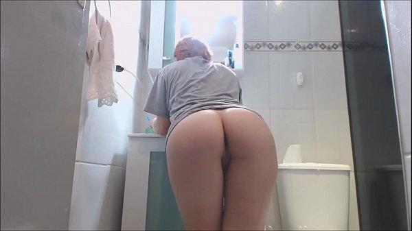 Emme White - Ruivinha safada acorda com tesão e enfia escova de dentes na bucetinha rosa depois vai pro banho e enfia brinquedo no cuzinho ensaboado