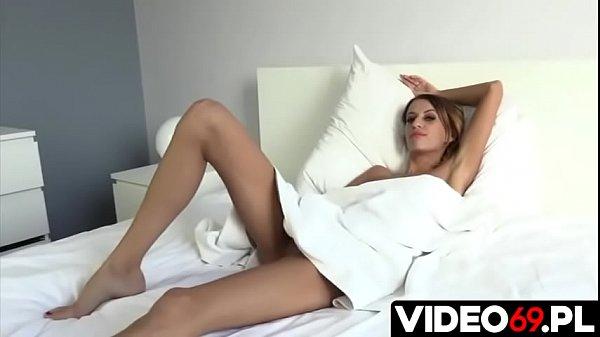 Polskie porno - Nic tak nie umila czasu mężczyźnie jak naga ładna dziewczyna i lodzik w jej wykonaniu