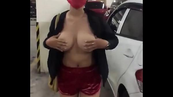 Siskaeee telanjang di parkiran
