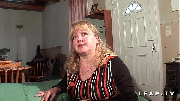 Szexi duci tetovált szőrös puncis anyuka nagy szőrös farkú pasival szexel