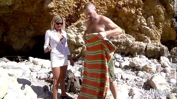 Tamara et son mari en trio avec un petit jeune sur la plage