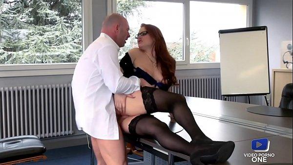 Jolie rouquine aide son chef à se détendre au b...