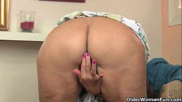 British granny Amanda Degas fucks herself in st...