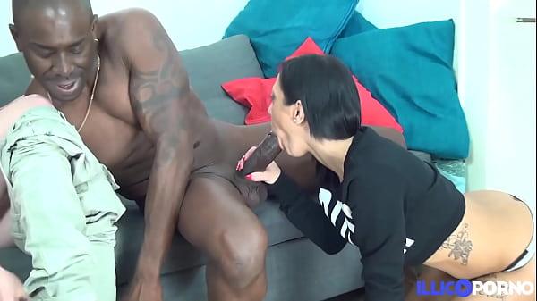 Eva et Sandra, belles brunettes partagent une grosse bite de black