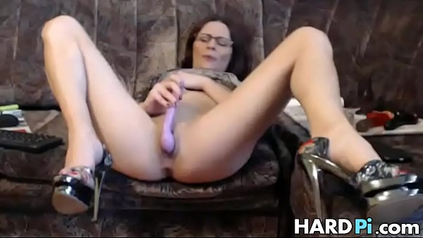 Horny MILF spreads her legs and masturbates Thumb
