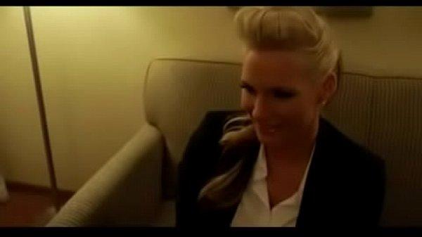Mujer ocupada paga por sexo