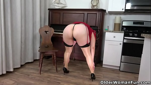 Florida milf Chery Leigh stuffs her bald pussy with fingers
