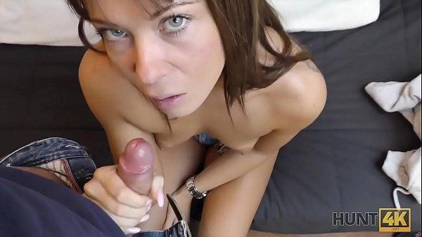 HUNT4K. Sexy Schönheit mit Kniestrümpfen unter meiner Kontrolle
