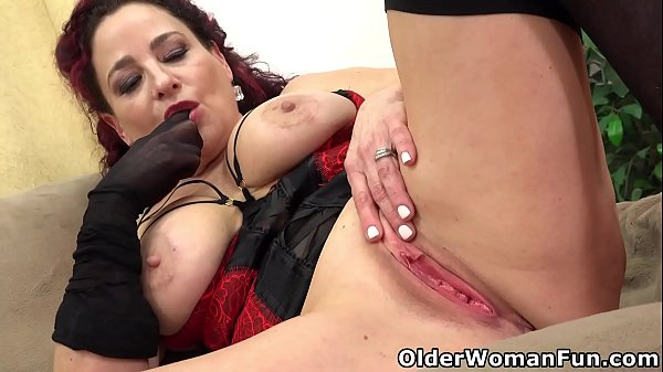 Buxom milf Amanda Ryder works clit with fingers...