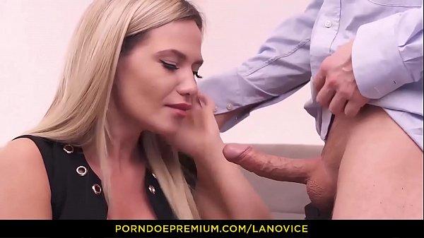 LA NOVICE - Belle blonde russe Subil Arch se fait tirer en levrette par un français
