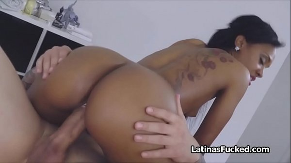 Masseur drilling ebony Latina pussy during therapy
