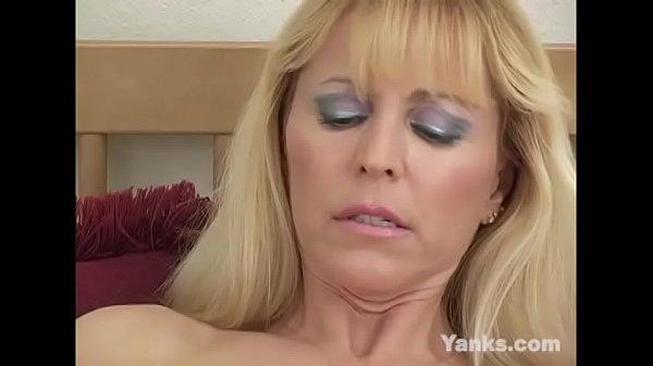 Blonde Yanks MILF Nicole Moore Masturbates