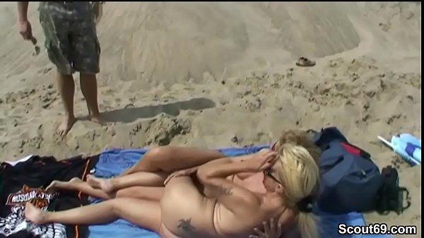 2 MILF ficken mit Jungspund am Strand und werden erwischt
