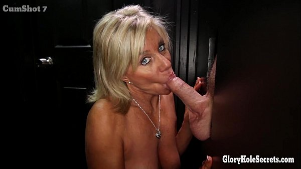Szexi szőke szép szemű anyuka imád szopni