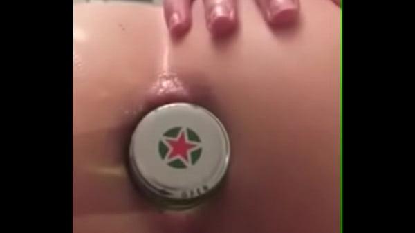 Gostosa adora servir com a garrafa de cerveja no rabo
