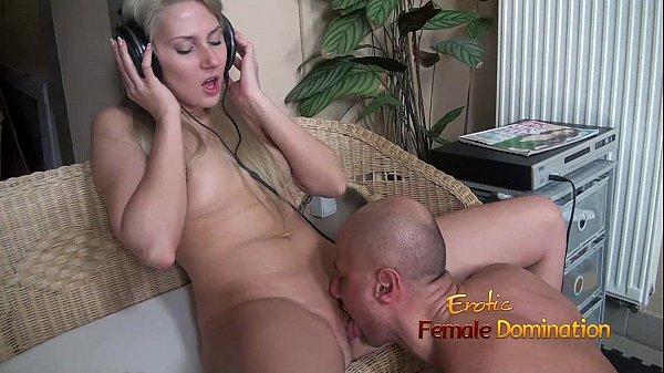 Headphones girl having her pussy fucked while she enjoys loud music