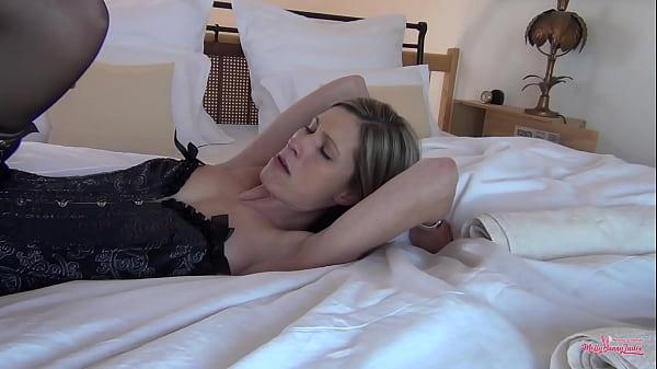 Schlanke Melly zum Orgasmus gefickt. Lange Beine, Strapse und geil auf Sex! Traumfrau!