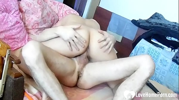 Big booty babe gives her brother some help Thumb