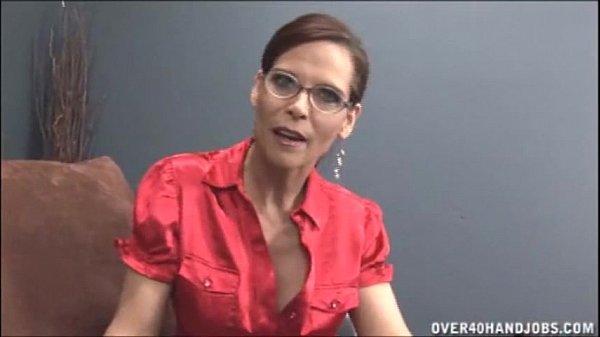 סרטון פורנו Naghty Milf With Glasses Jerking