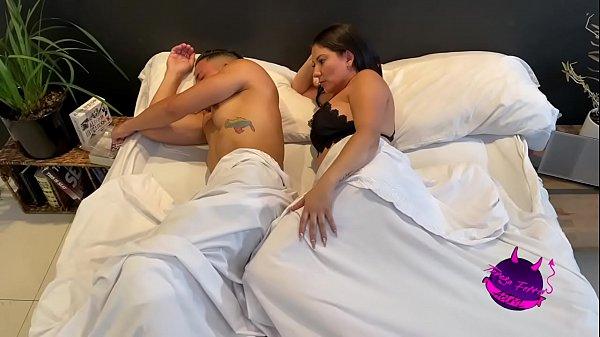 Despierto a mi marido para que me quite lo caliente, me hace venir a chorros con tremenda cogida.