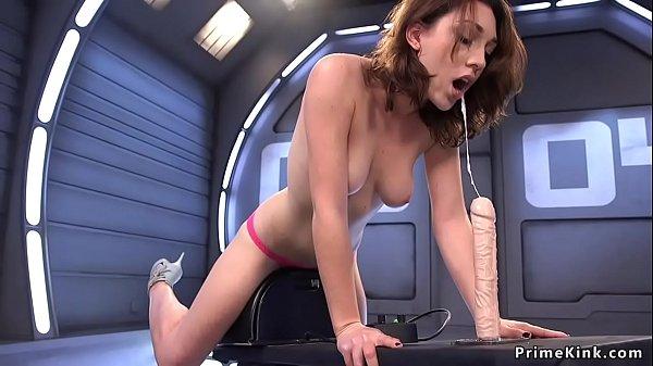 Bruneta calareste o masina de futut si se masturbeaza
