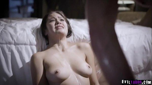 Szexi ázsiai szőrös puncis csaj apja nagy farkát szopja